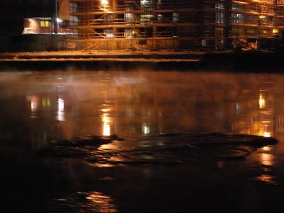 På kvelden lå det frostrøyk over isen på Glomma.