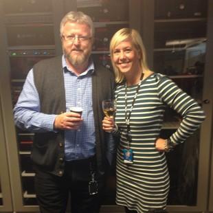 Hans-Petter Jacobsen og Hanne Hoftun feirer lanseringa av NRK P1+. Bilde brukt med tillatelse fra Hanne Hoftun. Lik bildet hennes på Instagram.