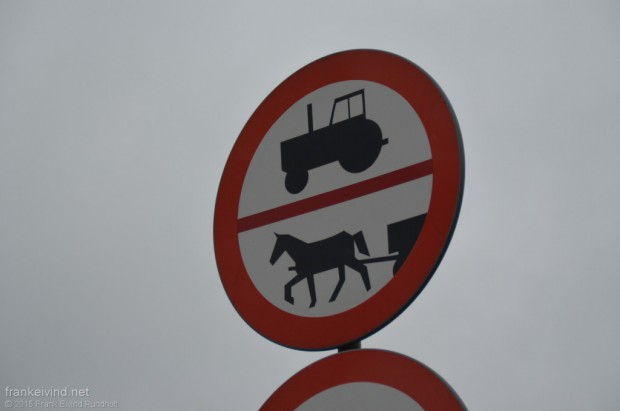 Forbudt for traktor og hest med kjerre