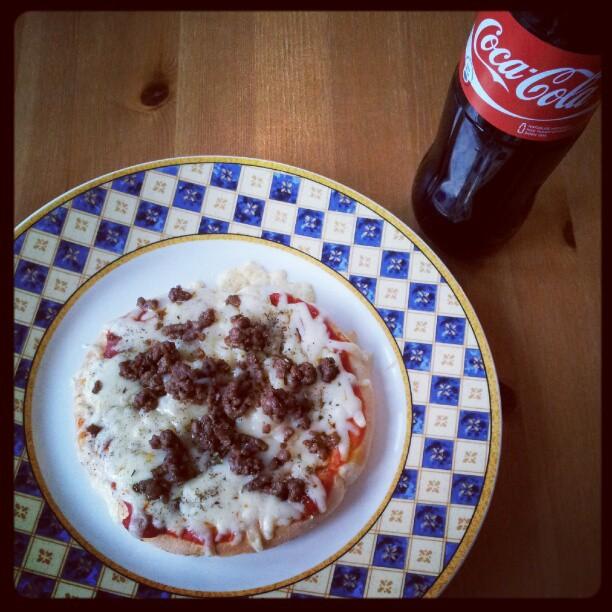 """Instagram: Minipizza til kveldsmat, """"take 2"""". Første forsøk havnet opp ned på gulvet, da jeg skulle ta det ut av ovnen."""