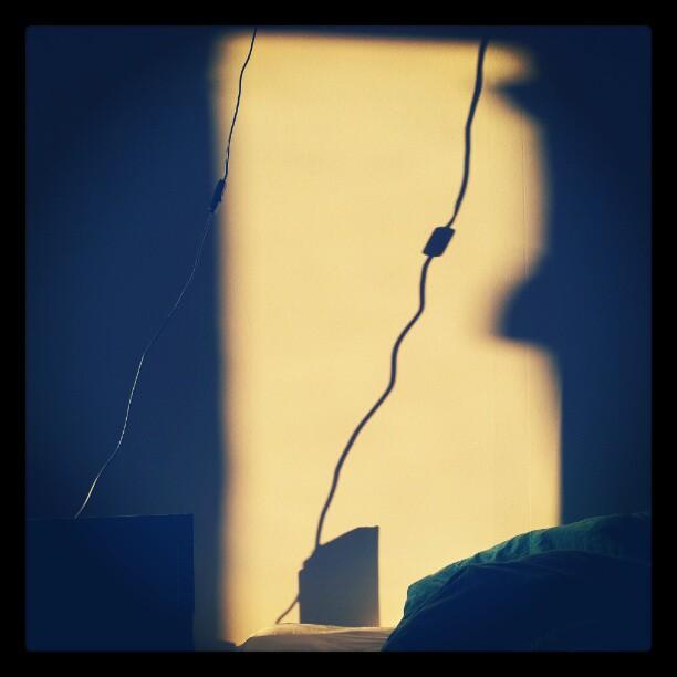 Instagram: Skygge på veggen i det sola står opp.