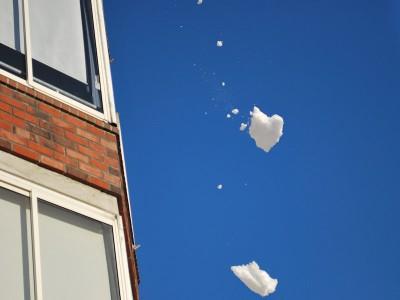 ... og like etter raste snøen fra taket.