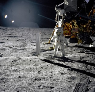 Aldrin holder på med et solvind eksperiment